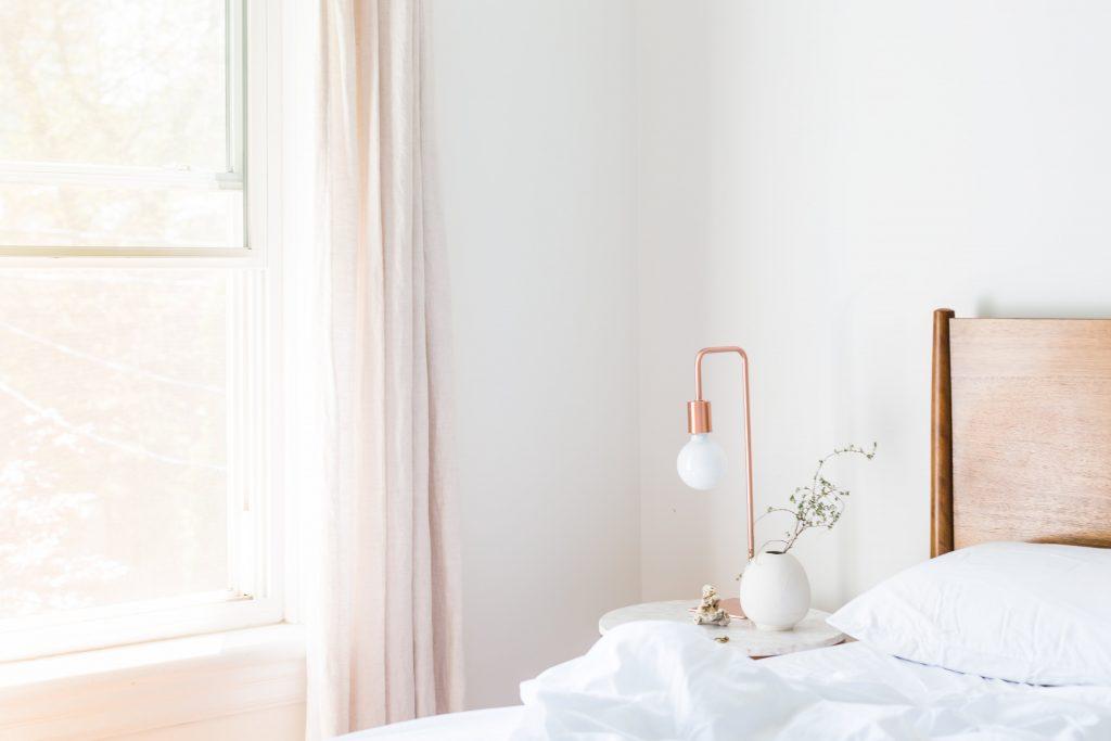soba-prozor-krevet